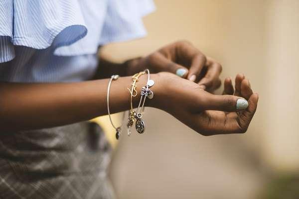 Bransoletki z muszelek – hit wśród biżuterii na wakacje